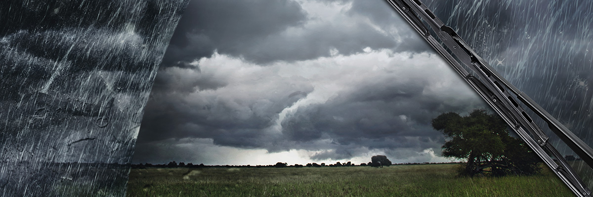 Feld mit Unwetter